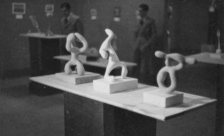 Fotografia de l'exposició «Tres escultors que presenta ADLAN» amb tres obres de Jaume Sans en primer pla.
