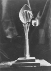 """""""Verge romànica"""" (entre el 1934 i el 1935). Fotografia de la peça desapareguda mostrada a l'exposició «Tres escultors que presenta ADLAN»"""